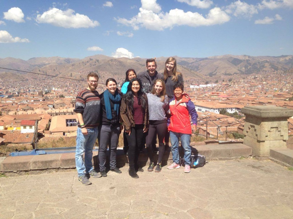 Studenten en uitzicht over Cusco