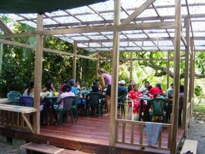 volunteer in Costa Rica Help with serving healthy meals in the project El Puente