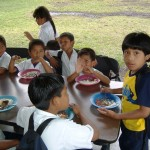 Free volunteer work in Panama: here the mostly Indian kids get their daily meal